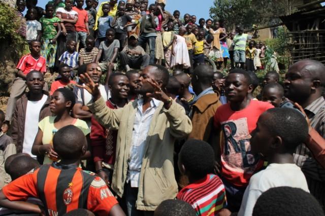 Les habitants du quartier  Mutsanga en liesse lors de la libération des jeunes du groupe de pression Véranda Mutsanga. Crédit photo  Nguru Wasingya Anselme