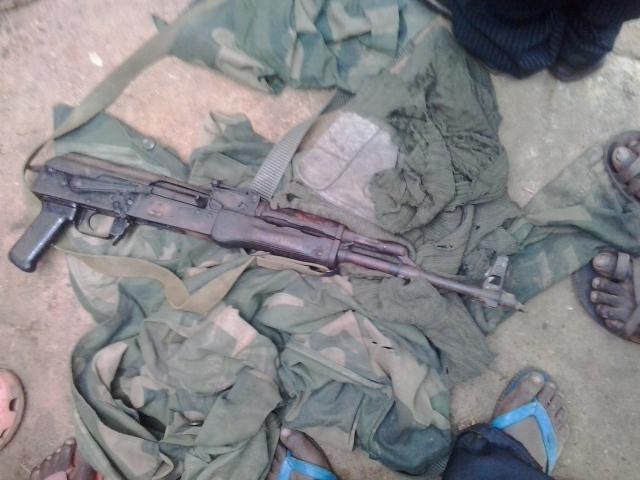 Les jeunes de la Véranda Mutsanga découvrent une arme enterrée  par les voleurs armés dans un bosquet d'un opérateur économique de la ville de Butembo, commune de Bulengera. Crédit photo : Tembos Yotama