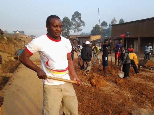 Les jeunes de la Véranda Mutsanga réhabilitent le boulevrand Charles Mbogha, au quartier Mutsanga lors des travaux communautaires au mois d'août dernier. Crédit photo : Anselme Nguru Wasingya
