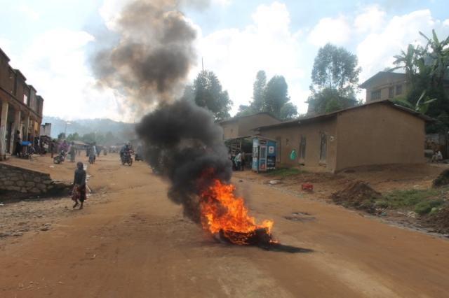 Les habitants de Mutsanga, ville de Butembo brulent les pneus sur le boulevard Charles Mbogha pour manifester leur  colère du triple massacre des 61 personnes tuées par les hommes armés assimilés aux Adf en territoire de Beni ce derniers temps. Crédit photo/Nguru Wasingya Anselme