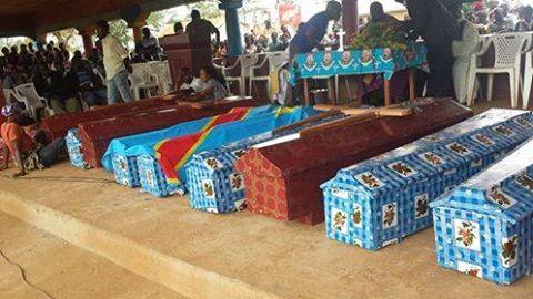 Exposés à l'hôtel de ville de Beni de 31 corps personnes tuées par les hommes assimilés aux Adf ,  aux environs de 19 heures, au quartier Ngadi aux environs de 19 heures le mercredi, 15 octobre 2014,   dans la commune de Mulekera sur l'axe routier Beni – Mavivi à quelques kilomètres du centre ville de Beni. Credit photo/Damiri Paluku