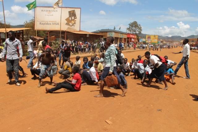 Les manifestants se mettent par terre sur la rue président de la République avant à l'arrivée des policiers. Crédit photo : Nguru Wasingya Anselme